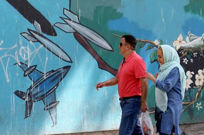 """Fresque guerrière """"classique"""" sur les murs de l'ancienne ambassade des États-Unis à Téhéran. Bientôt une fresque sur la cyberguerre ?"""