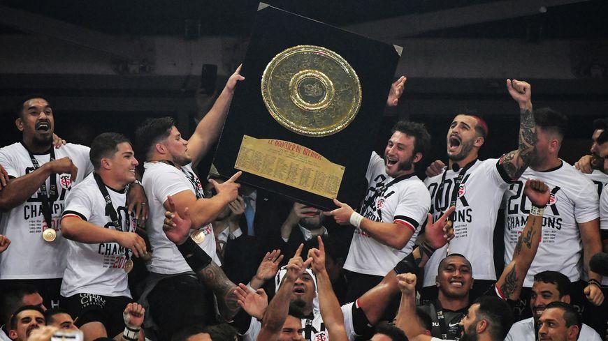 Les joueurs du Stade Toulousain ont soulevé le 20e bouclier de Brennus de l'histoire du club