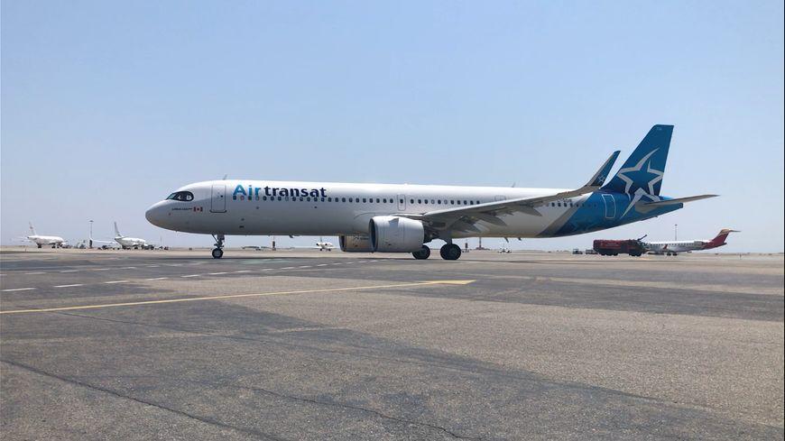"""L'avion a été accueilli par le """"Water Salute"""" des pompiers de l'aéroport"""