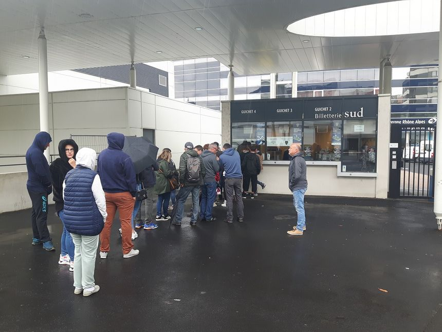 Sous la pluie, les courageux étaient au rendez-vous devant le Michelin