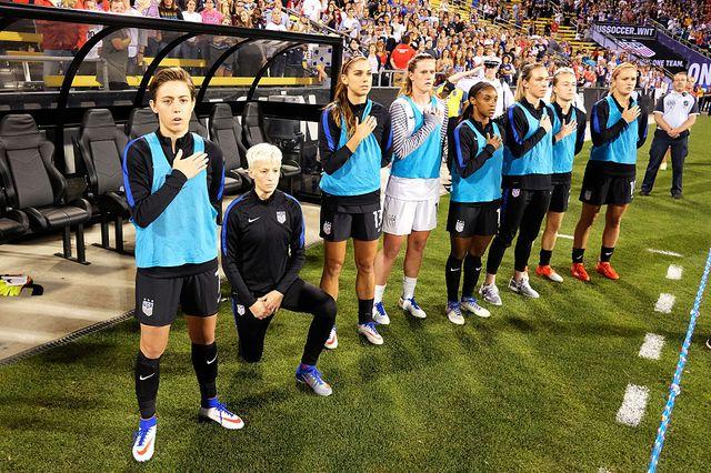 Megan Rapinoe, genou à terre, avec l'équipe américaine de foot avant une rencontre face à la Thaïlande en 2016 dans l'Ohio