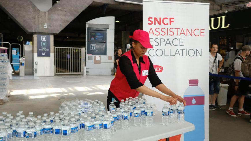 En cette période de canicule, la SNCF distribue des bouteilles d'eau dans certaines gares.