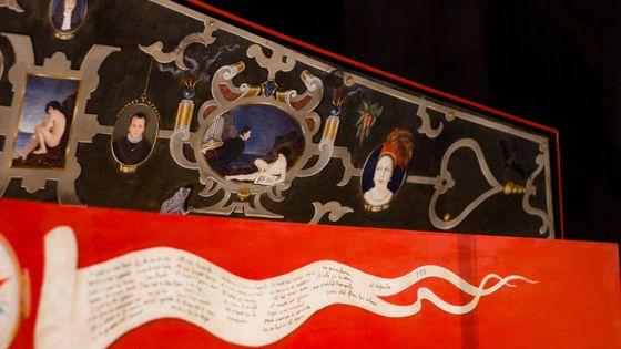 Détail d'un clavecin en bois peint - image prise dans le cadre de l'enregistrement des sonates de Scarlatti en Occitanie par France Musique, juillet 2018.