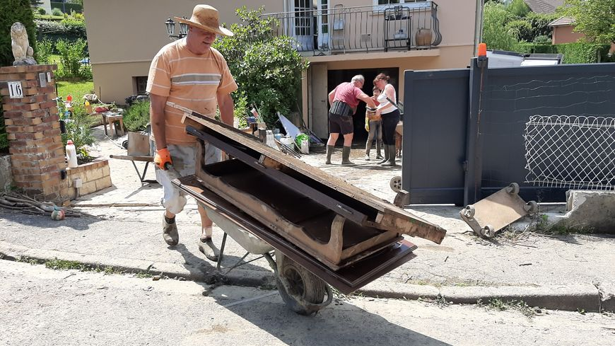 Oncles, tantes, voisins, amis, ils sont nombreux à venir aider les sinistrés du Pays d'Auge