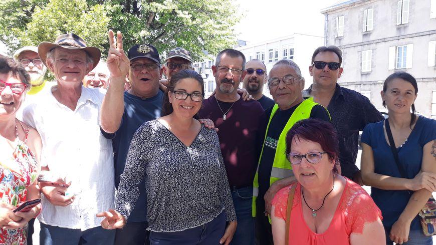 Daniel Gargaud (au centre, en bordeaux) accompagné de ses soutiens ce mercredi 26 juin devant le tribunal de Guéret