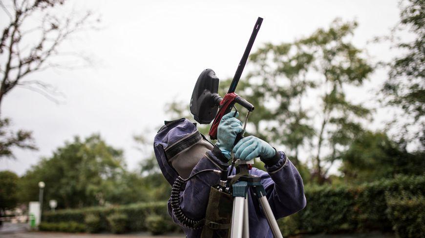 Un pistolet insecticide longue portée utilisé pour détruire les nids de frelons asiatiques sans danger