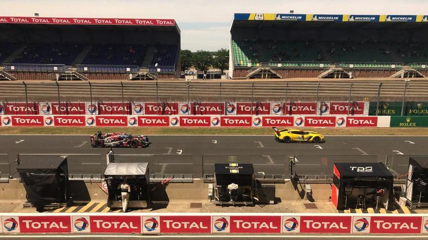 Lors de la journée test, les tribunes du circuit Bugatti sont peu remplies, pour le plus grand bonheur de ceux qui font le déplacement