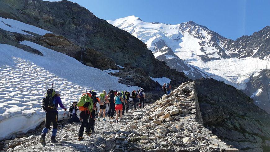 Randonneurs et alpinistes au départ du refuge du Nid d'Aigle