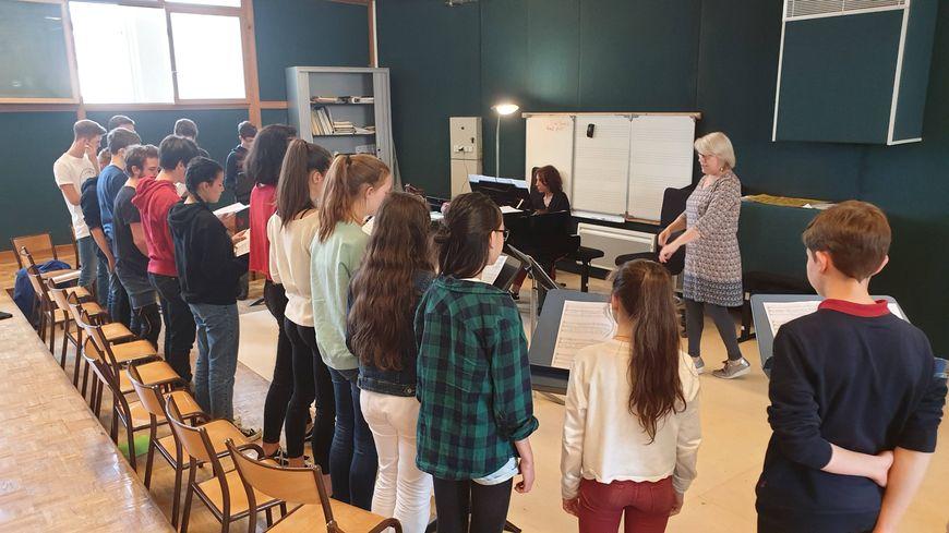 Les élèves du cours de chant choral en pleine répétition