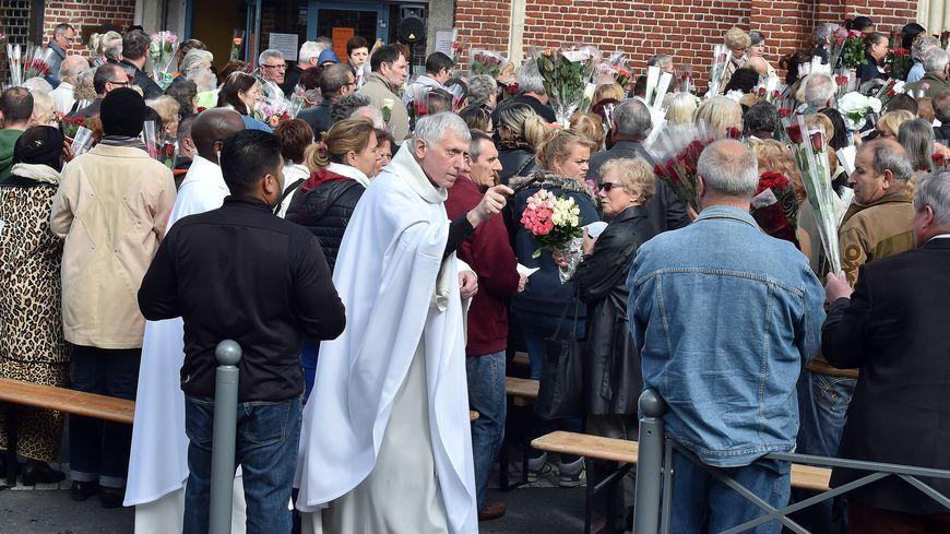 L'abbé Régis Beils, ici lors d'un pèlerinage de Sainte-Rita, officie à Vendeville depuis 2014. Les faits qui lui sont reprochés remontent à 1992, alors qu'il était aumônier au centre scolaire Saint-Paul à Lille.