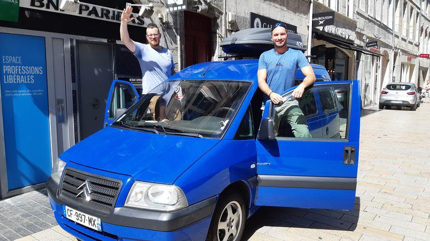 Bertrand Vinsu  et Anthony Zacconi sur la ligne de départ avec leur Jumpy bleu