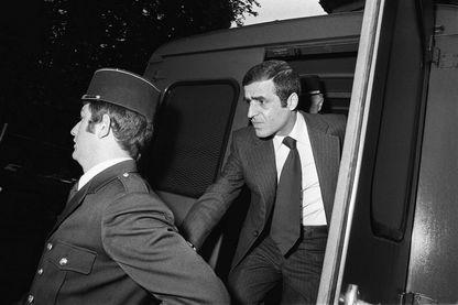 Pierre Goldman arrive au Palais de Justice d'Amiens, entouré de gendarmes, pour le sixième jour de son procès devant la Cour d'Assises de la Somme, le 03 mai 1976