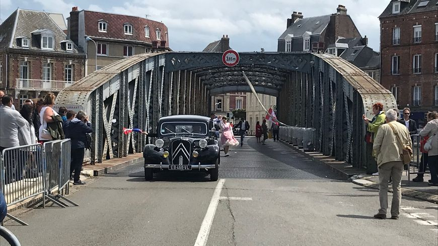 Un défilé de voitures anciennes a été organisé pour célébrer le pont Colbert.
