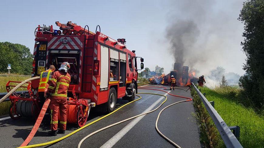 Un camion transportant du foin a brûlé ce mercredi après-midi à Boisseuil
