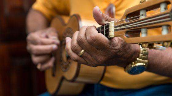 Mains d'un homme jouant du Choro sur un cavaquinho (Rio de Janeiro, Brazil)