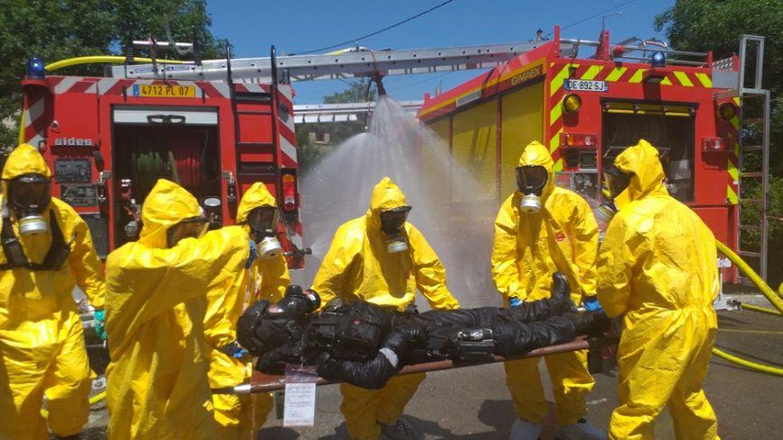 Des spécialistes gèrent la décontamination chimique des forces de l'ordre