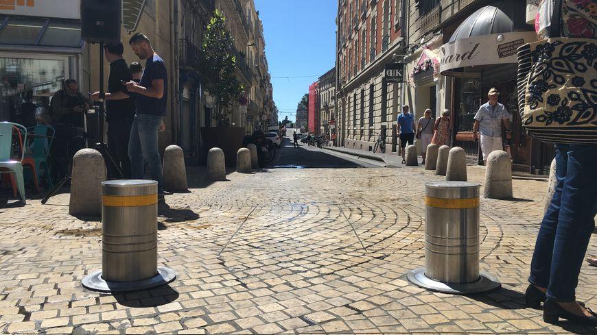 Deux bornes rétractables empêchent désormais les voitures de remonter la rue de Verdun.