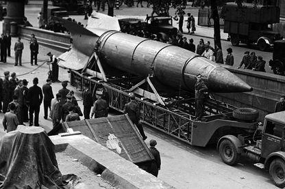 Après la défaite du régime nazi, les Alliés récupèrent dans le butin de guerre les fusées V2 qui serviront de base de travail à la conquête spatiale. 10/09/1945, Londres