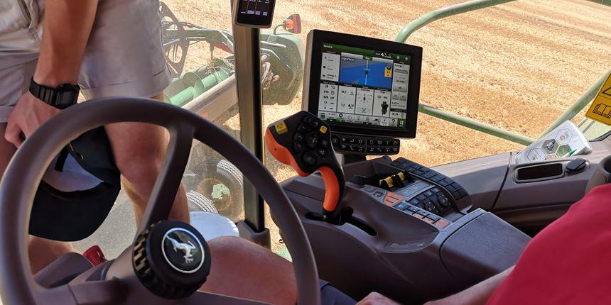 Il n'est pas nécessaire de tenir le volant, la machine dispose d'un autoguidage. Les paramètres sont consignés dans l'ordinateur de bord.