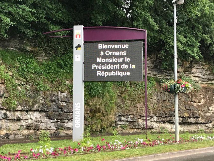 Les panneaux de bienvenue sont installés à Ornans pour la visite d'Emmanuel Macron