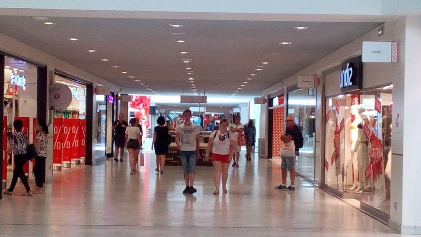 Les rares acheteurs ont opté pour le centre commercial climatisé.