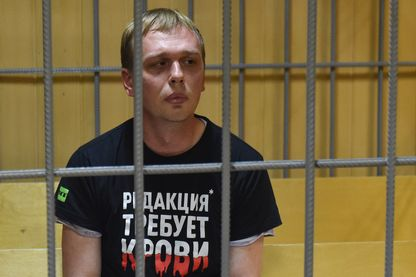 Le journaliste d'investigation russe Ivan Golunov dans la cage des accusés lors de sa comparution en justice le 8 juin à Moscou, accusé de trafic de drogue. Les charges ont été levées hier.