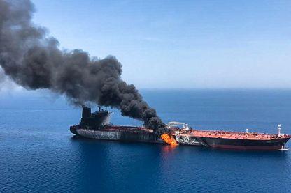Le tanker norvégien Front Altair en flammes, hier, après avoir subi une attaque d'une source non identifiée dans le Golfe d'Oman.