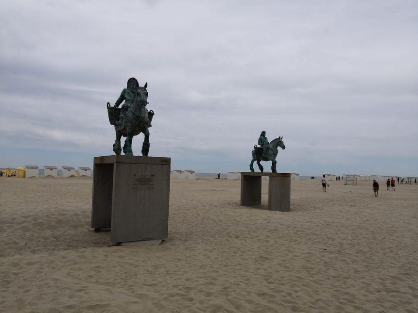 Même sur la plage de sable blanc, des statues aux effigies des pêcheurs de crevettes à cheval d'Oostduinkerke trônent fièrement.