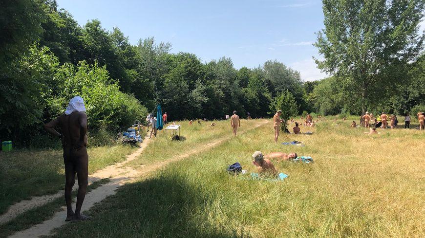 À midi, une centaine de personnes pratiquaient le naturisme ce dimanche à Vincennes