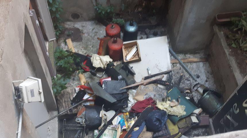 C'est dans cette cour que l'une des victimes a sauté du 2ème étage