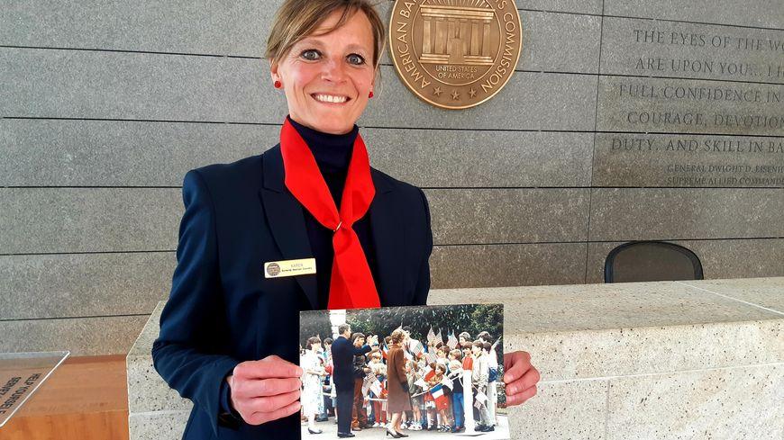 Karen Lancelle tient la photo qui immortalise la venue de Nancy et Ronald Reagan