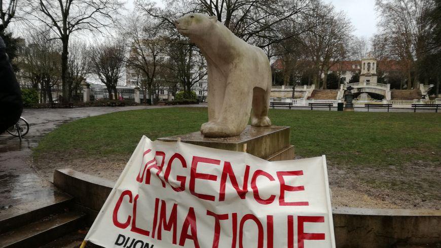 L'ours blanc du parc Darcy avec une banderole des manifestants de la marche pour le climat