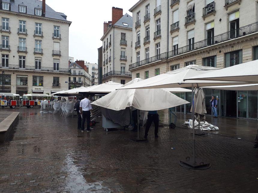 Les salariés du restaurant La Taverne Royale remballent la terrasse