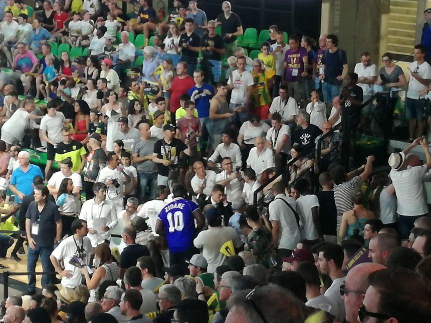Un maillot de Zinedine Zidane dans les tribunes de la H Arena