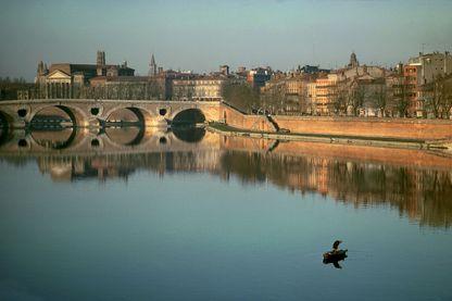 La ville rose, Toulouse, traversée par la Garonne, toutes deux magnifiées par Claude Nougaro