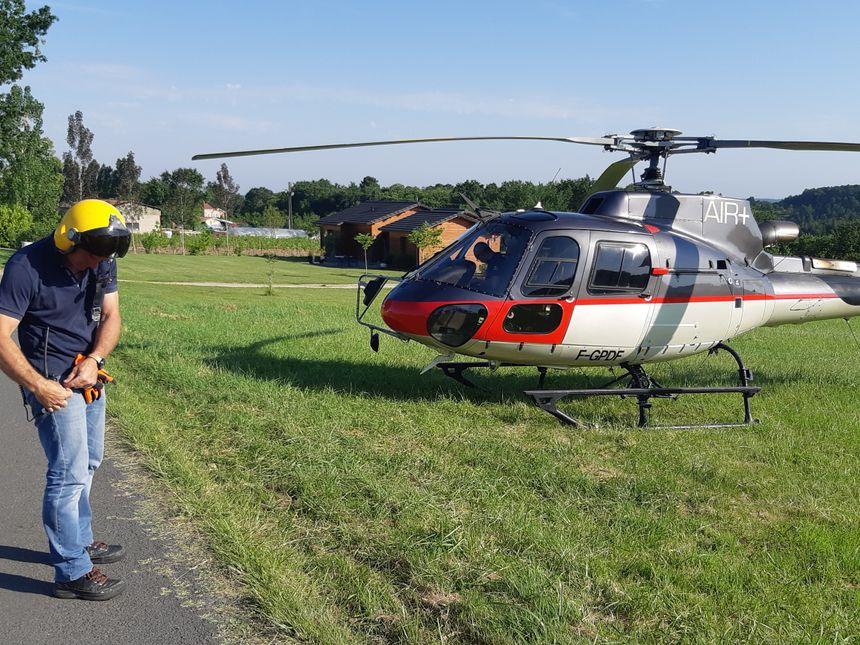 L'hélicoptère chargé de transporter les poteaux