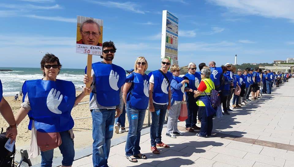 3 000 personnes ont formé une chaîne humaine à Biarritz ce samedi
