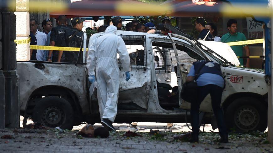Un véhicule de police a été pris pour cible sur la rue Charles de Gaulle.