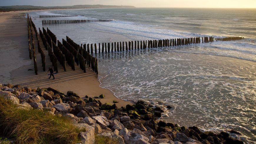 Un projet colossal prévoit de réensabler la baie de Wissant, à hauteur de 1,7 millions de m3 et de poser des épis en enrochement ou en bois.