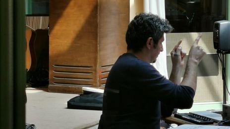 le compositeur à l'électronique dans le studio de Meudon