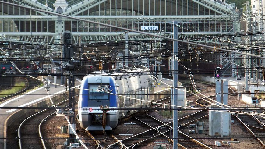 L'indisponibilité des trains en, gare de Poitiers provient de la branche Tours-Paris
