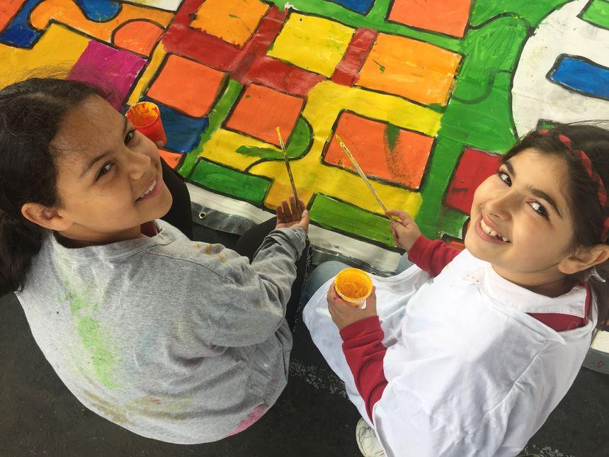 Rayane et son amie Elia en plein coloriage.
