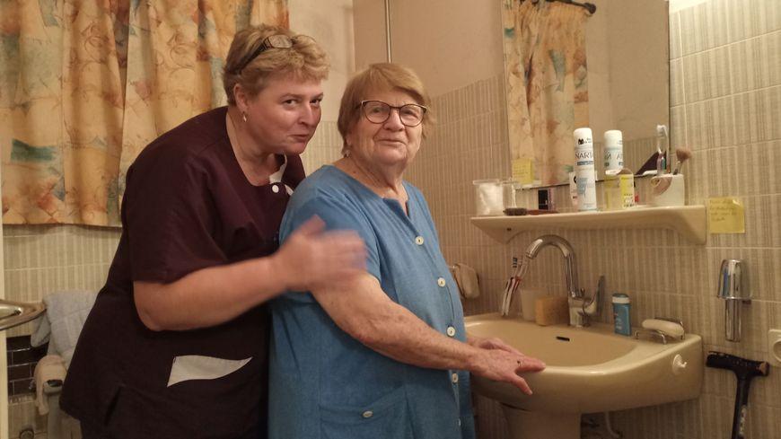Sylviane Milhé chez l'une de ses patiente à Artix.
