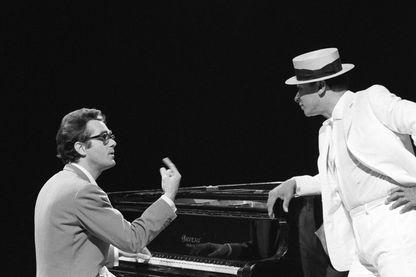"""Michel Legrand (au piano) et Henri Salvador (sur le plateau de l'émission télévisée """"Salves d'or"""")"""