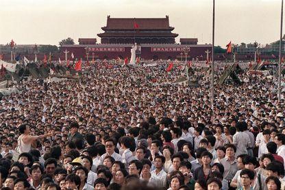 Photo prise le 2 juin 1989 sur la place Tiananmen lors d'une manifestation pro-démocratie à Pékin. Après sept semaines de protestations d'étudiants et de travailleurs réclamant des changements démocratiques et la fin de la corruption.