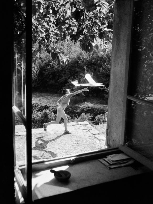 Willy Ronis, Vincent, model aircraft flyer, Gordes (Vaucluse), 1952
