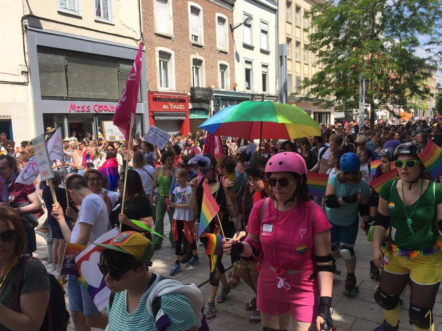 De très nombreux drapeaux multicolores dans la foule.