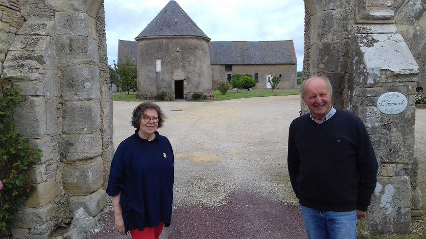 Agnès et François Lemarié (à l'arrière, le colombier)
