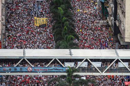 Une véritable marée humaine a envahi dimanche les rues de Hong Kong pour s'opposer à un projet de loi sur les extraditions en Chine, qui sera examiné mercredi par l'Assemblée du territoire autonome.