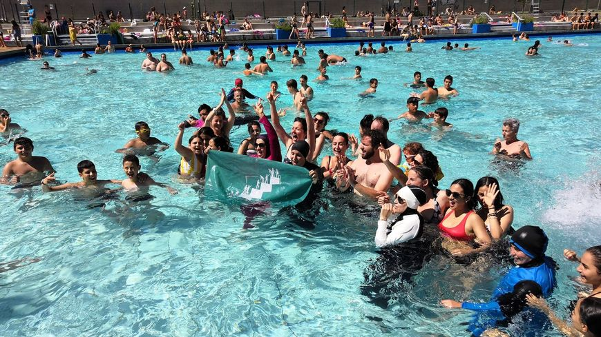 Les membres d'Alliance Citoyenne ont plongé dans la piscine Jean Bron à Grenoble ce dimanche. Parmi eux, des femmes habillées en burkini, ce maillot de bain intégral interdit dans les bassins